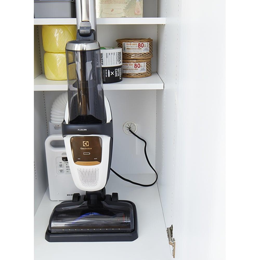 組立不要 光沢仕上げ たっぷりハウスキーピング収納庫 幅75cm・奥行55cm 背面にコード穴付きで、掃除機などを充電できます。