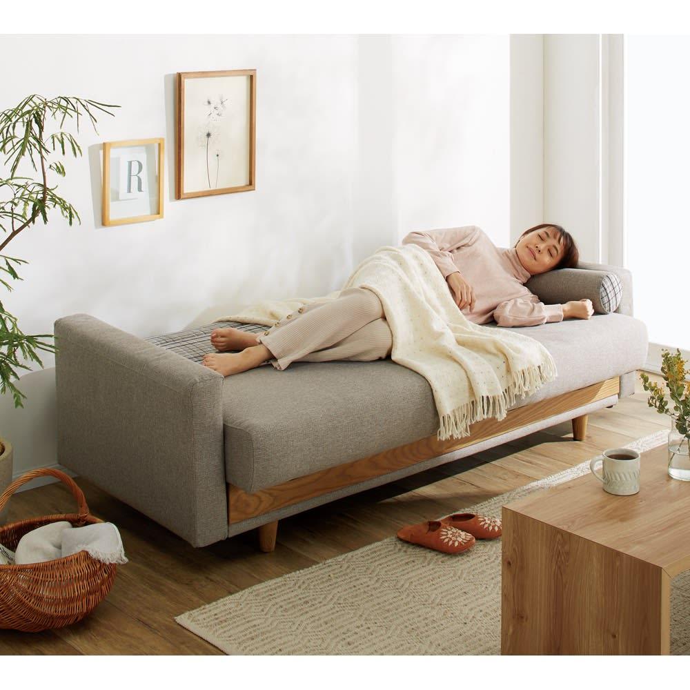 座って、寝て、収納して。主役になるソファベッド ベッド時(ア)グレー ※モデル身長:164cm