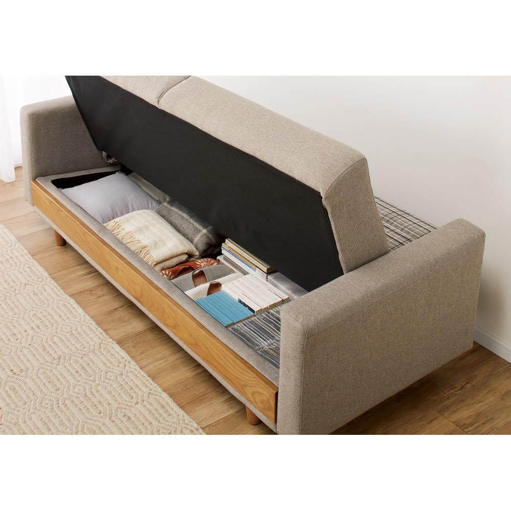 座って、寝て、収納して。主役になるソファベッド 収納時(ア)グレー 座面下には季節外のクッションやブランケットなどを収納できます。