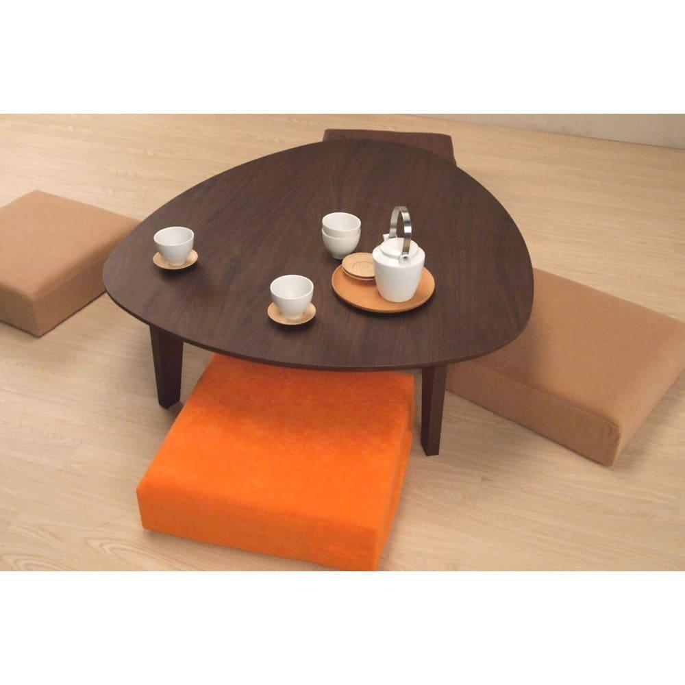 折れ脚フロアテーブルエッグ 幅90cm (ア)ダークブラウン色は木目がしっかりと浮き上がる良質なウォルナット材を使用しています。