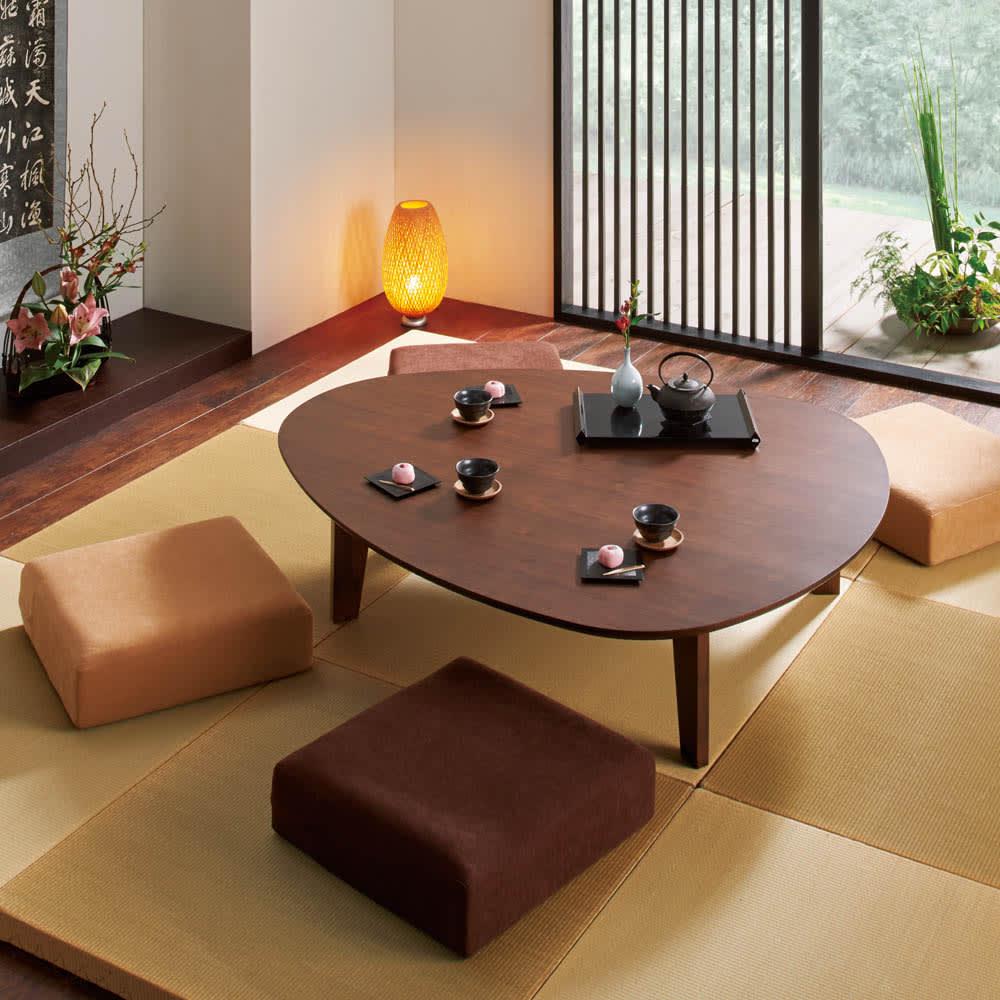 折れ脚フロアテーブルエッグ 幅140cm コーディネート例 (ア)ダークブラウン ※お届けは折れ脚フロアテーブルエッグ 幅140cmです。