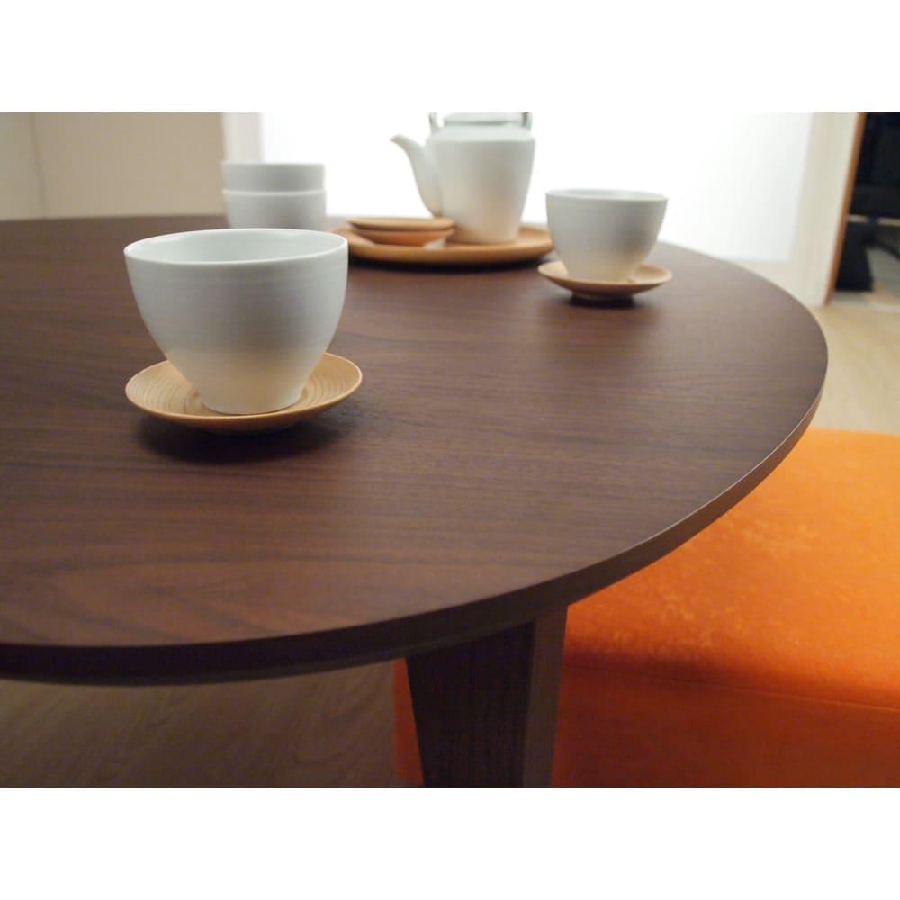 折れ脚フロアテーブルエッグ 幅140cm (ア)ダークブラウン色は木目がしっかりと浮き上がる良質なウォルナット材を使用しています。
