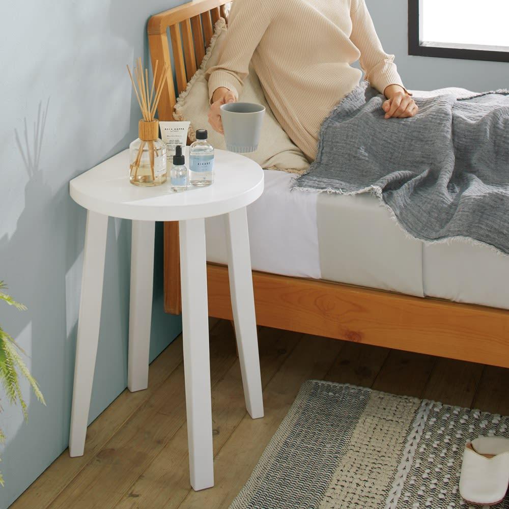 直線があるからピタッとフィット!北欧モダンな丸型サイドテーブル (イ)ホワイト 壁にぴったり付けられて省スペース。 ※写真は幅40cmタイプです。