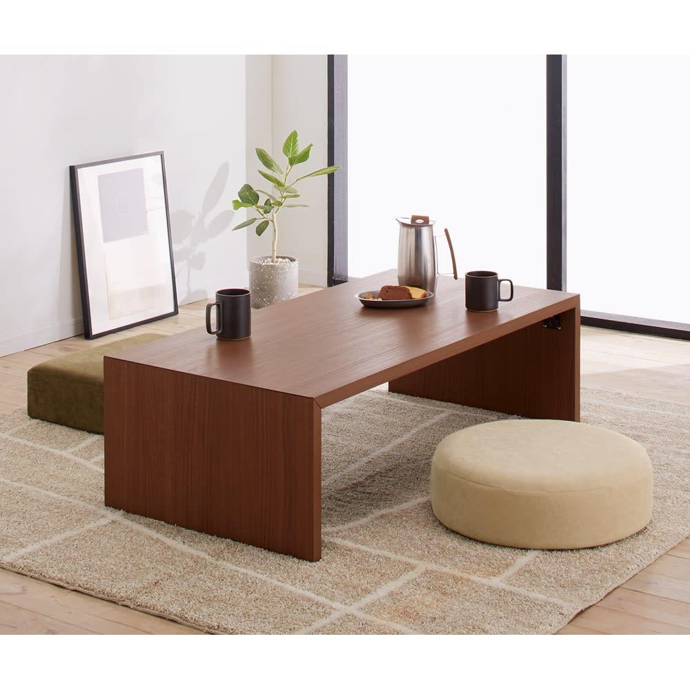折りたたみできるスマートスタイルテーブル 89×44cm 洋室から和室まで、どんなインテリアにも合わせやすいリビングテーブルです。 コーディネート例(イ)ダークブラウン(木目) ※写真は120×59cmタイプです。