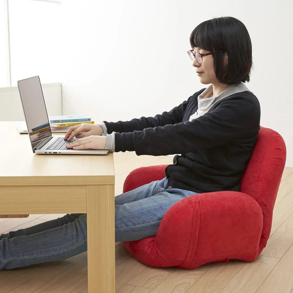 すっぽり収まる肘付きリクライニング座椅子 長時間の作業もラクラク。ローテーブルでのパソコン作業も無理ない姿勢でラクにこなせます。