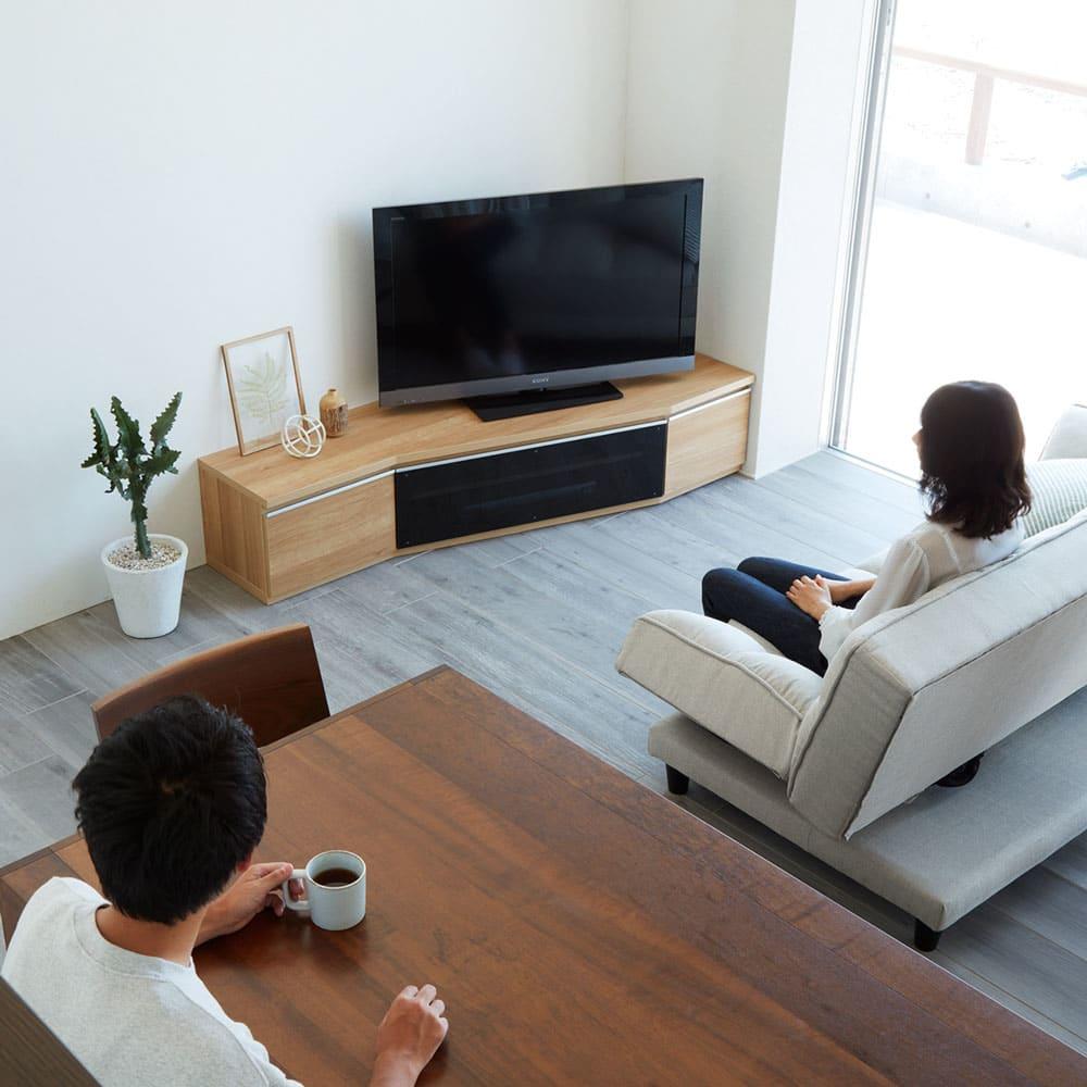 住宅事情を考えた天然木調コーナーテレビ台・テレビボード 右コーナー用 幅165cm コーディネート例(ア)ナチュラル コーナータイプなので、リビングのソファと、ダイニングテーブルの両方から見やすい角度にテレビを変えることができます。
