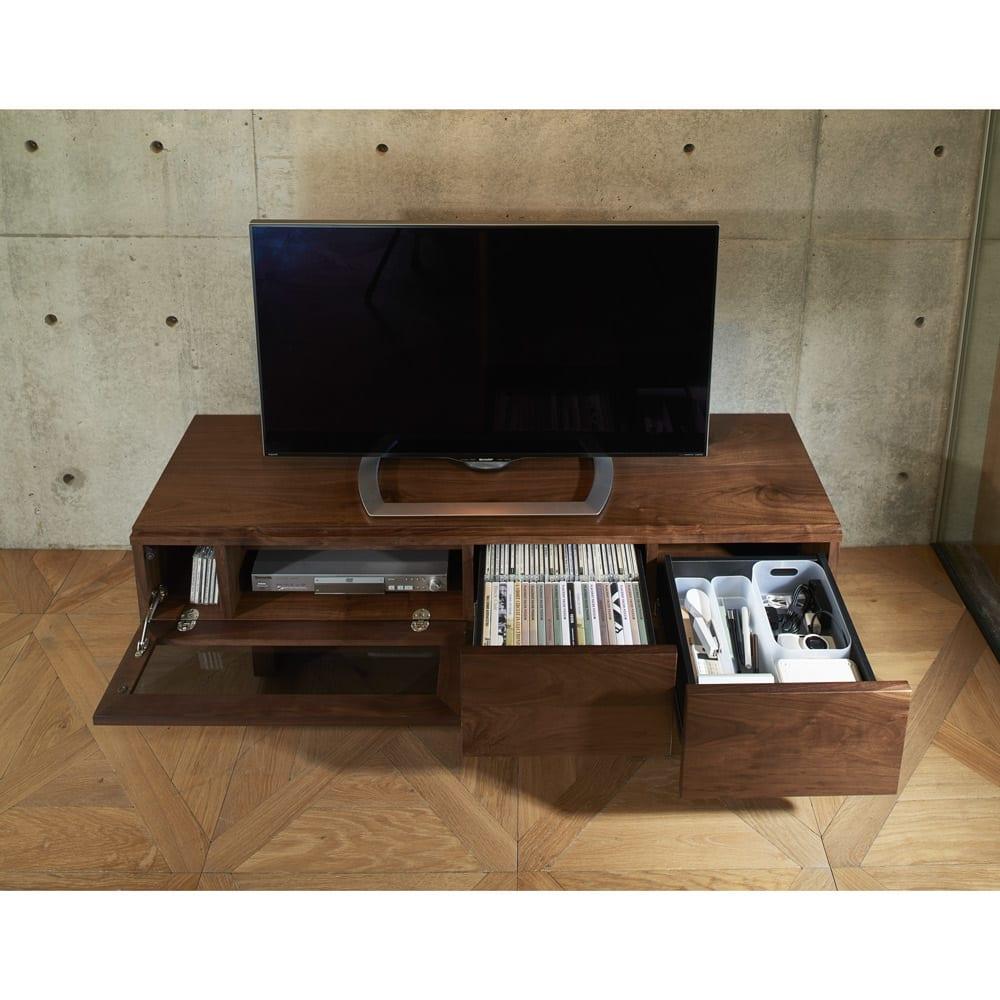大画面対応ウォルナット天然木テレビ台シリーズ テレビ台・テレビボード 幅180cm 使用イメージ 引き出しにリビングの小物をまとめて収納できます。 ※写真はテレビ台・幅150cmです。
