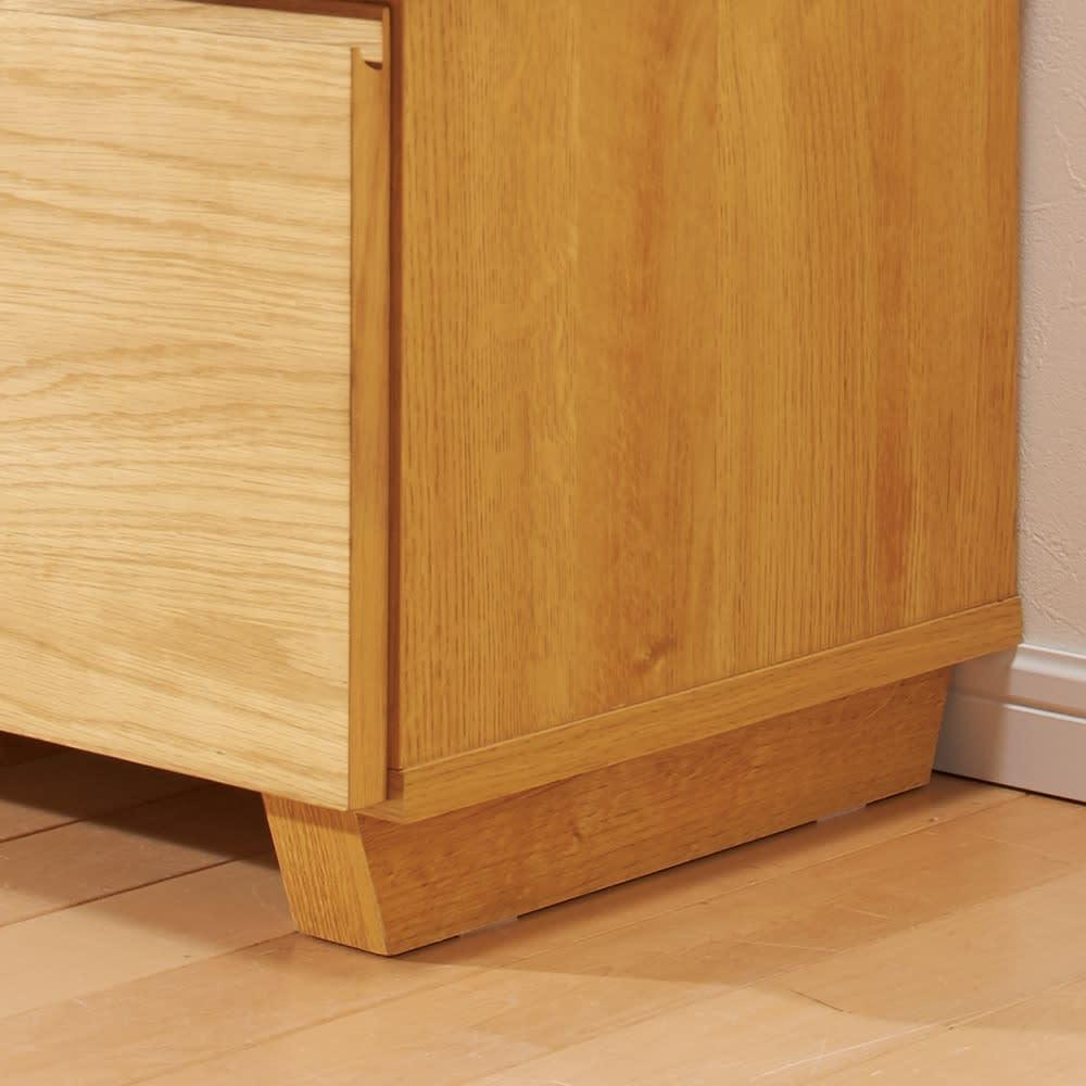 オーク天然木北欧風 キャビネットチェスト・幅80cm 脚部はデザイン性のある台形です。