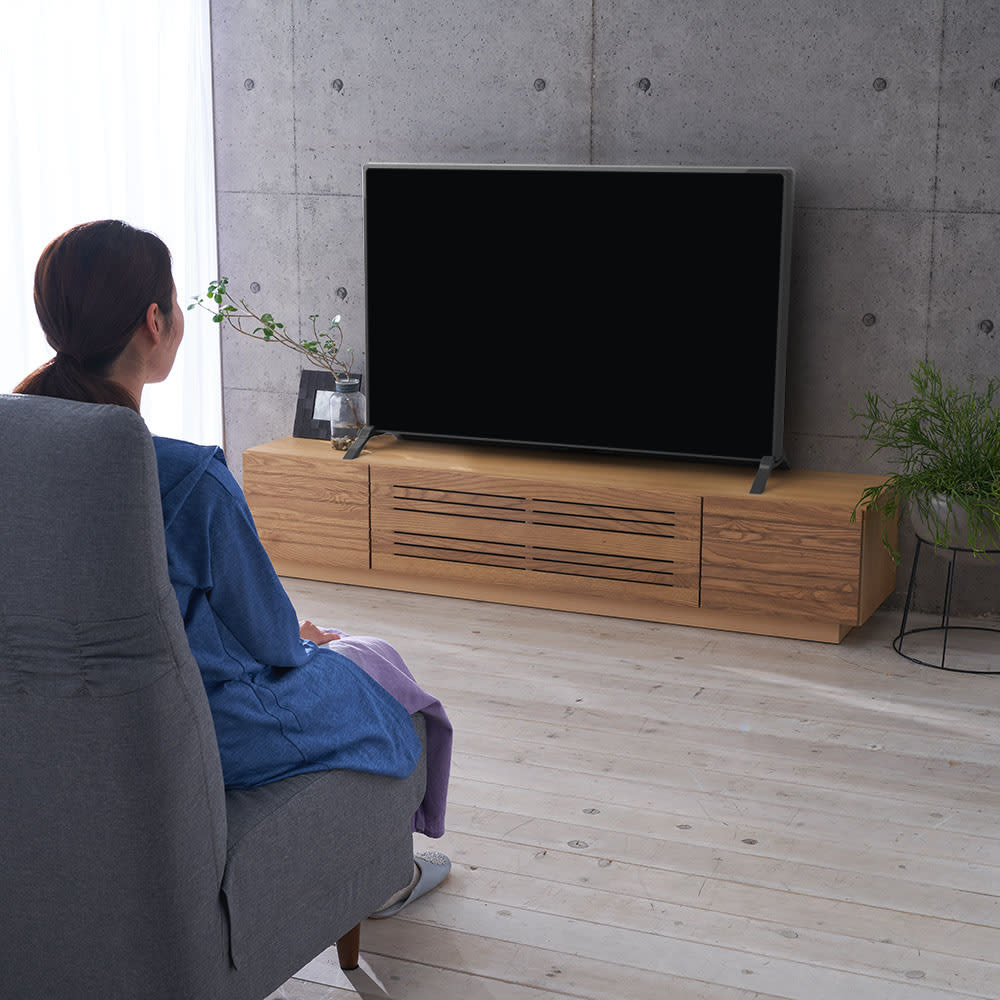 天然木無垢材のテレビ台・テレビボード アッシュ天然木 幅150cm ソファから座ってテレビを見るのにちょうど良い高さです。(※写真は幅180テレビ台です)