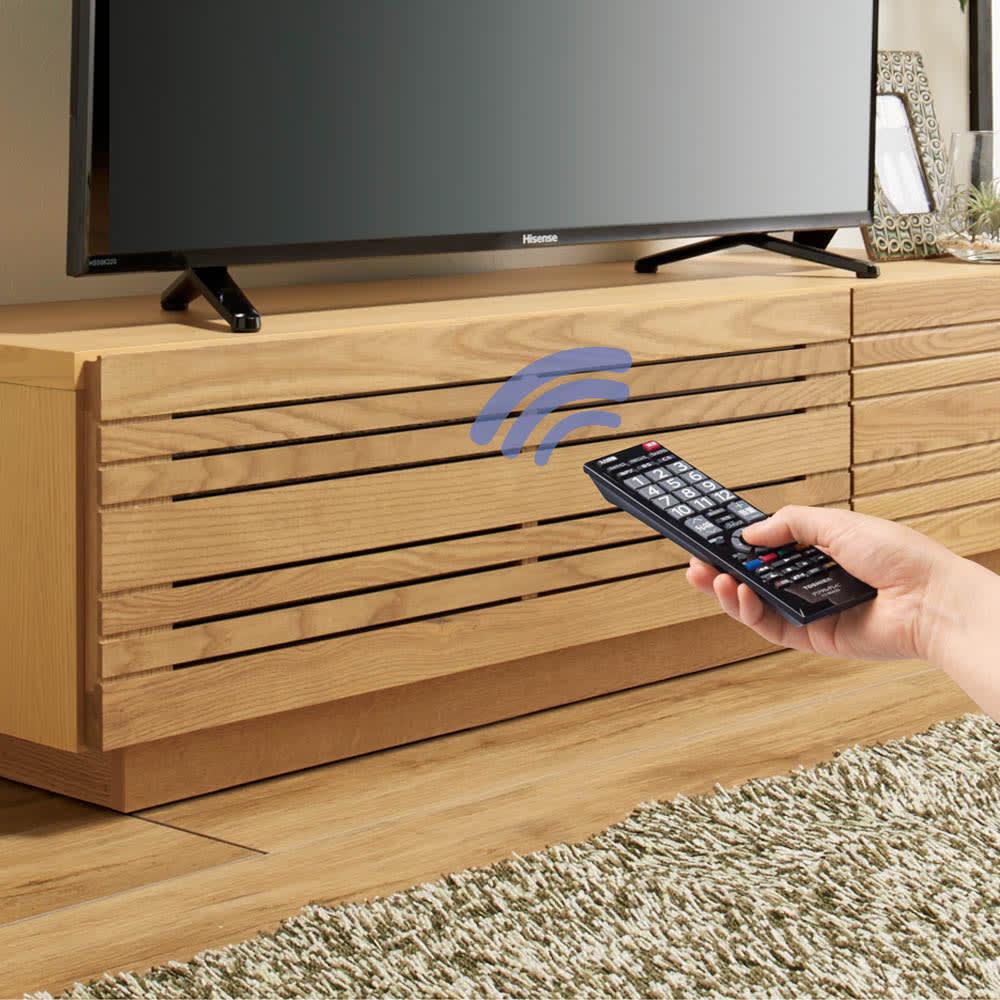 天然木無垢材のテレビ台・テレビボード アッシュ天然木 幅150cm 収納部は扉を閉めたままリモコン操作が可能。裏にガラスが貼ってあるので、ほこりが入らないのも嬉しいポイントです。