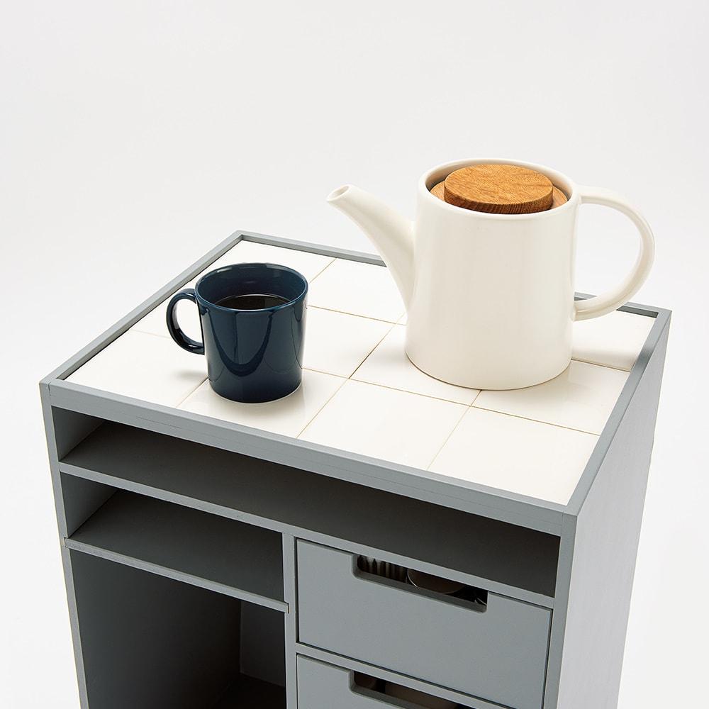 ダイニングテーブル下に納まる 北欧風テレワークワゴン 幅41cm 天板は熱い飲み物も安心して置けるタイル貼り。