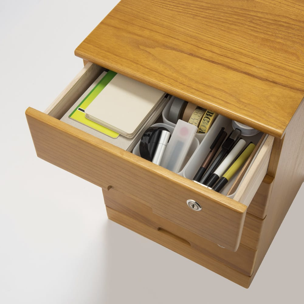 鍵付きで安心!隠しキャスター付き天然木チェスト 3段タイプ・高さ42cm 引き出しにテレワークに必要な物がすっきり整理できます。