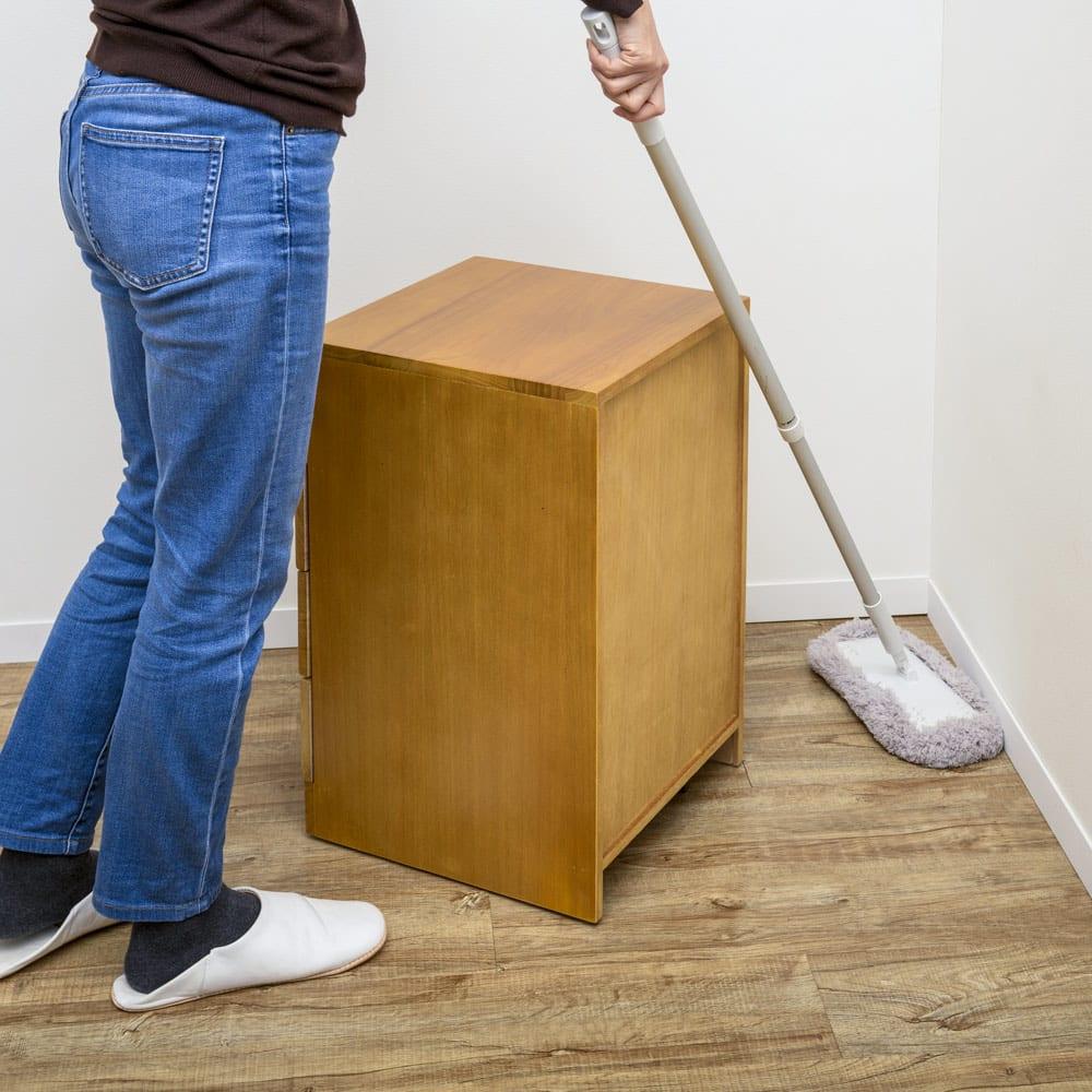 鍵付きで安心!隠しキャスター付き天然木チェスト 4段タイプ・高さ53cm 隠しキャスター付きだから、お掃除の際も移動がラク。