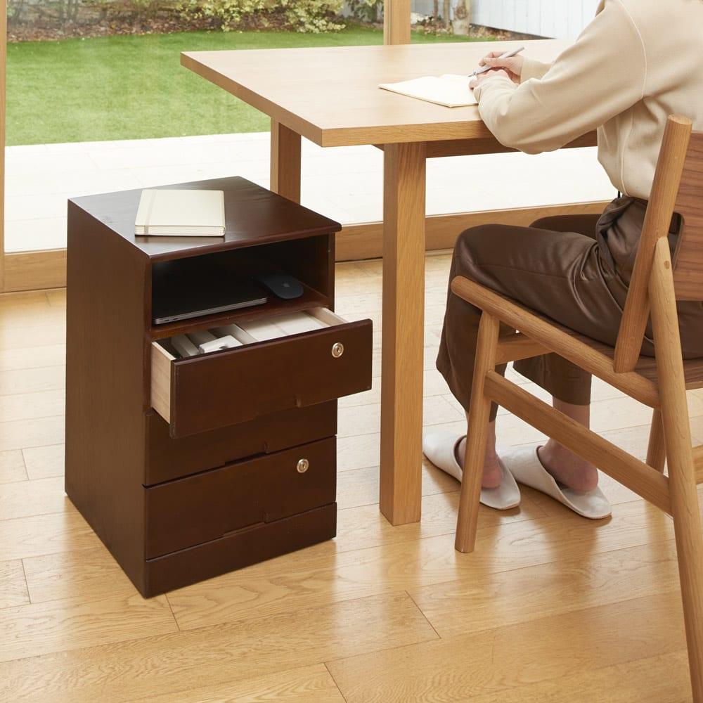 鍵付きで安心!隠しキャスター付き天然木チェスト 3段+オープンタイプ・高さ53cm (イ)ダークブラウン リビングでの在宅ワークに便利。ダイニングテーブル下に入るサイズ感です。オープン部にはノートパソコンが収納できます。