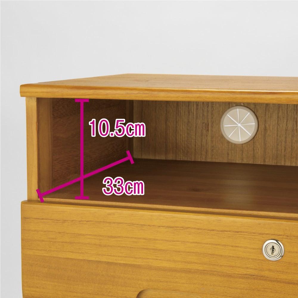 鍵付きで安心!隠しキャスター付き天然木チェスト 3段+オープンタイプ・高さ53cm オープン棚には便利なコード穴付き。オープン部の内寸は幅32cm奥行33cm高さ10.5cm。