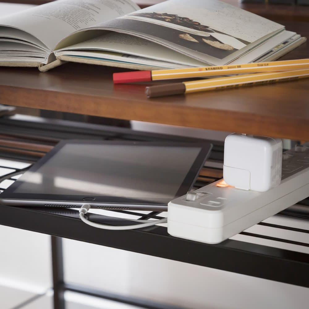 木目調ラック付きパソコンデスク(デスク幅91cm・ラック 幅95cmセット) 天板下のラックにはスマホやタブレット、資料などをちょい置きするスペースとして。