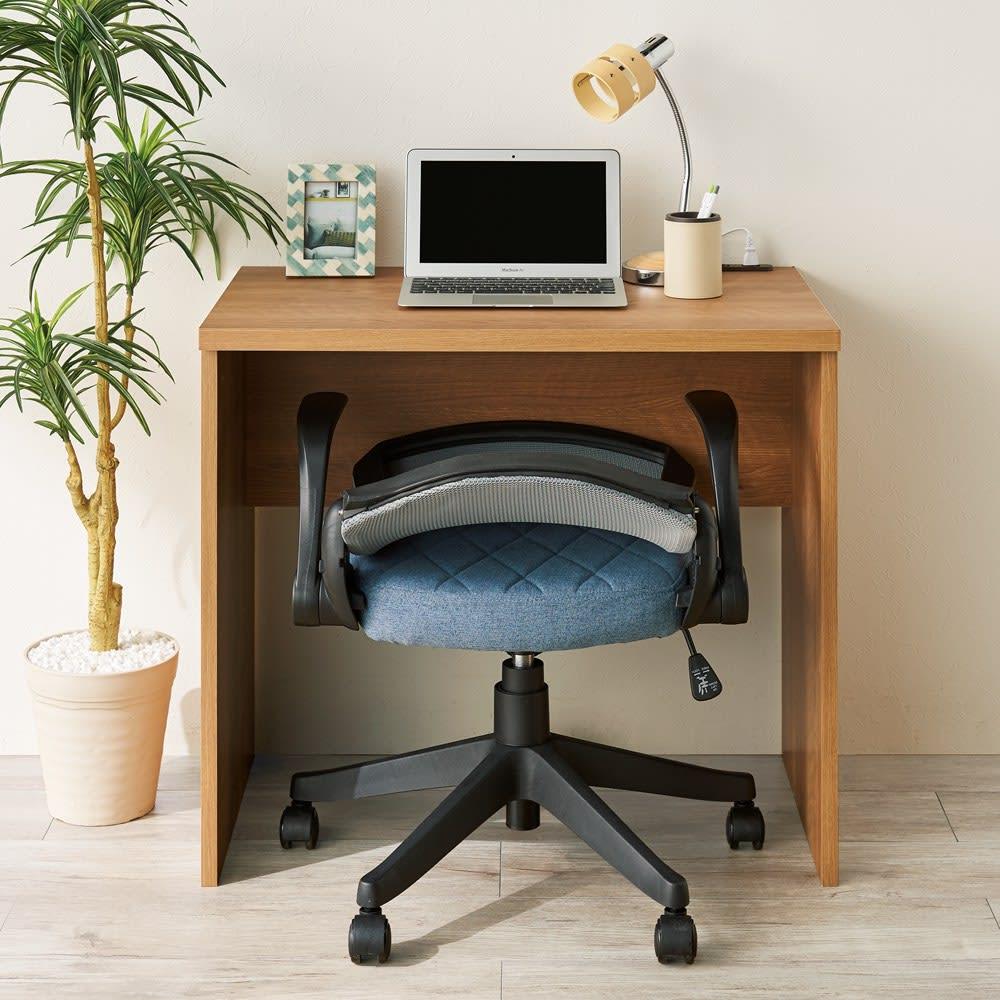 肘掛けも背もたれもたたんでしまえるオフィスチェア 【邪魔にならない背もたれ】背もたれを倒せばデスク下に収納可能。