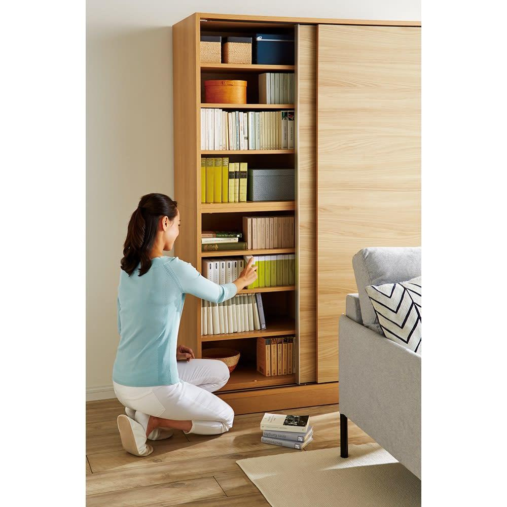 狭い場所でも収納たっぷり引き戸壁面収納シリーズ 収納庫 扉タイプ 幅75cm 開閉に場所を取らない引き戸式。手前にソファや荷物があっても、どかさずに物の出し入れができます。