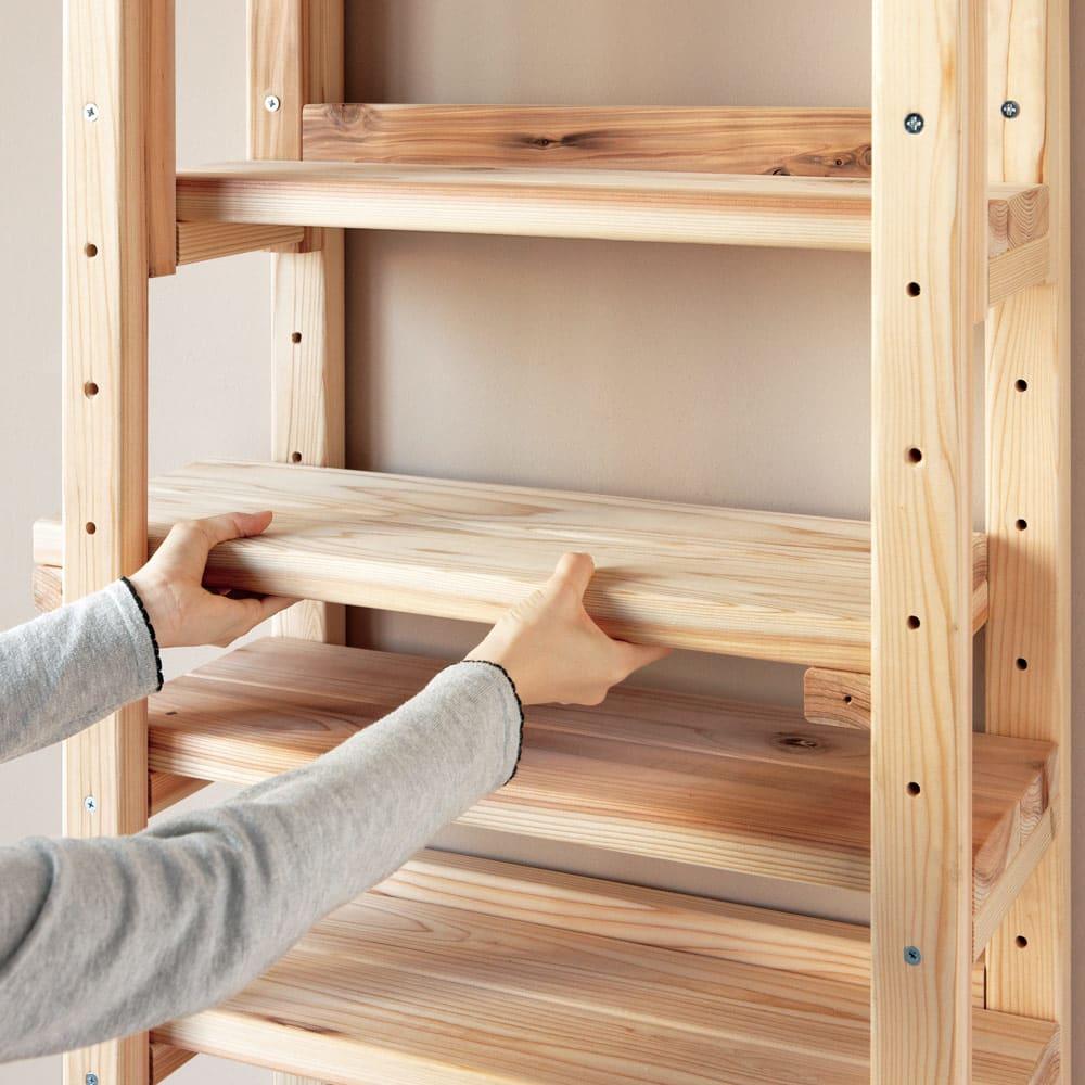 国産杉頑丈突っ張りラック(本棚) 幅59cm奥行22cm 棚板は縦枠の穴に合わせて可動できます。