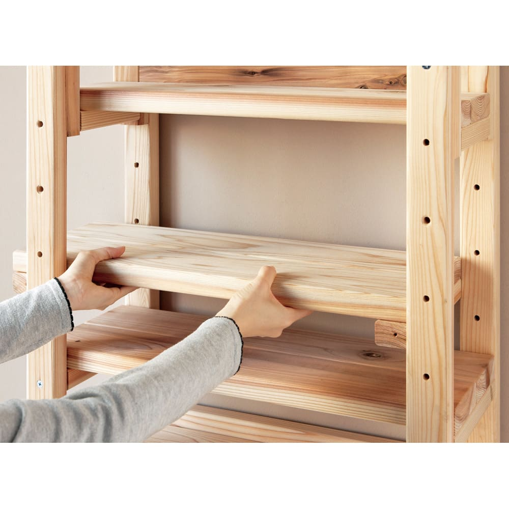 国産杉頑丈突っ張りラック(本棚) 幅74奥行27.5cm 棚板は縦枠の穴に合わせて可動できます。