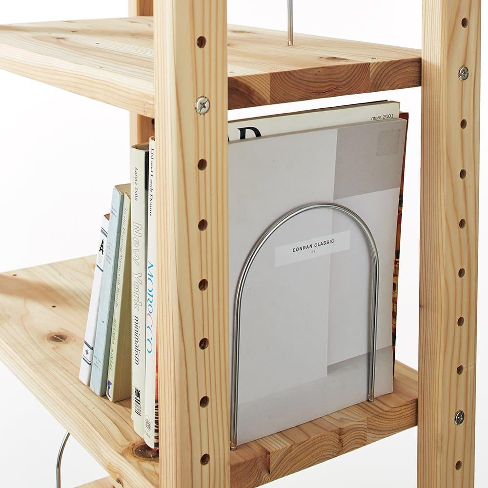 国産杉頑丈ディスプレイ本棚(ヴィンテージ風ラック) 幅80cm 引き出しタイプ 全段に本が倒れにくい金具付き。棚板1枚につき5ヶ所に付け替えられ、こぼれ止めやブックエンドとして使用できます。