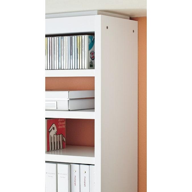 コミックが大量収納できる高さサイズオーダー対応頑丈突っ張り壁面収納本棚 奥行17.5cmタイプ 幅25~50本体高さ207~259cm(対応天井高さ208~260cm) 高さを1cm単位でオーダーでき、突っ張り金具部は幕板ですっきり隠す仕様。 天井までぴったり美しく!