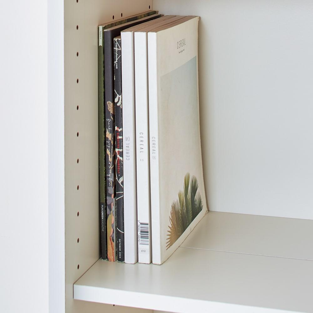 隠しキャスター付き前後段違い光沢本棚 引き戸タイプ 幅59cm 棚板を一列に揃えれば、雑誌や大判の本も収納可能。棚板奥行30cm