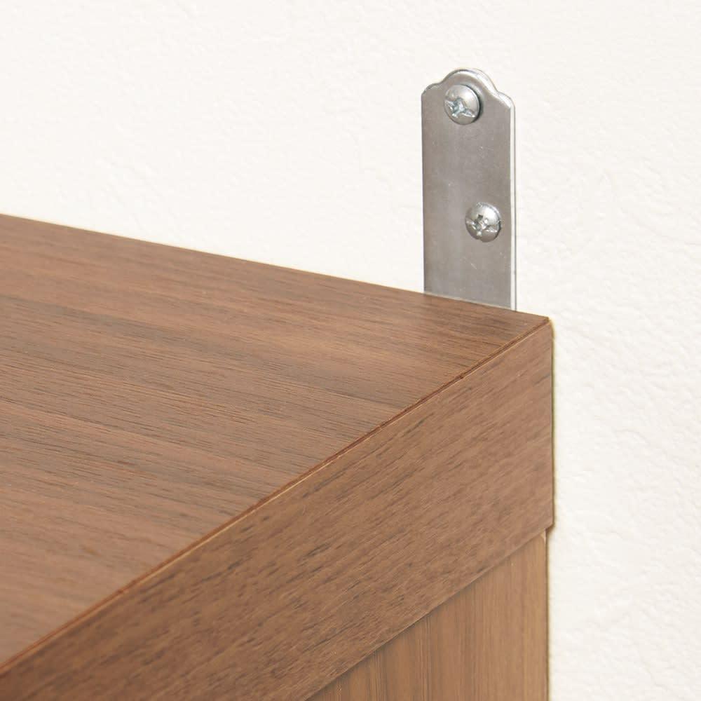 重厚感のあるがっちりデスクと扉が選べる本棚上下セット+天井突っ張り金具 壁に固定するための転倒防止金具付き。