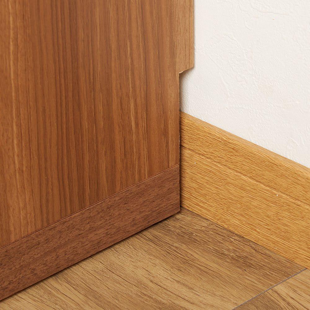 重厚感のあるがっちり本棚シリーズ 上下セット(ガラス扉・板扉)+天井突っ張り金具 壁にぴったり寄せられる幅木よけカット(1cm×10cm)。