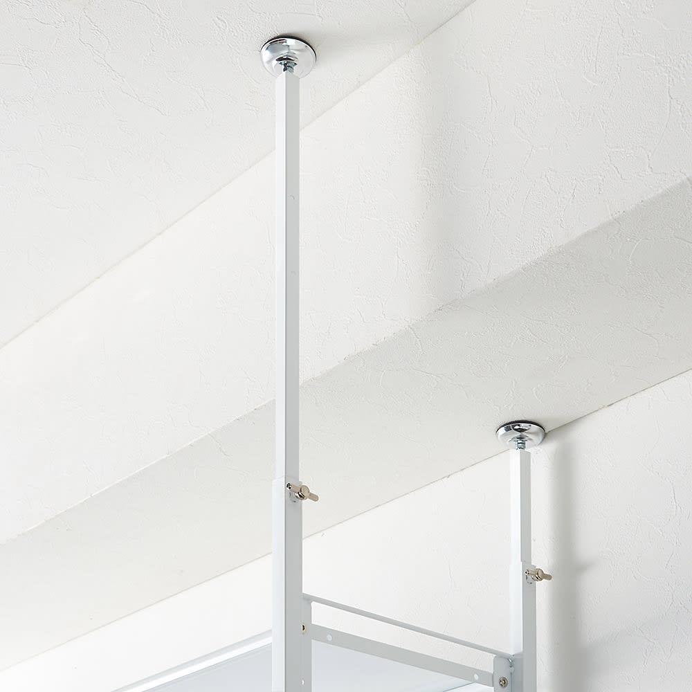 〈奥行26cm・幅93~122cm〉幅と高さがピッタリ!伸縮式スチールラック 突っ張り部は4本がそれぞれ自立しているので、天井高さや梁下高さによってご調整いただけます。