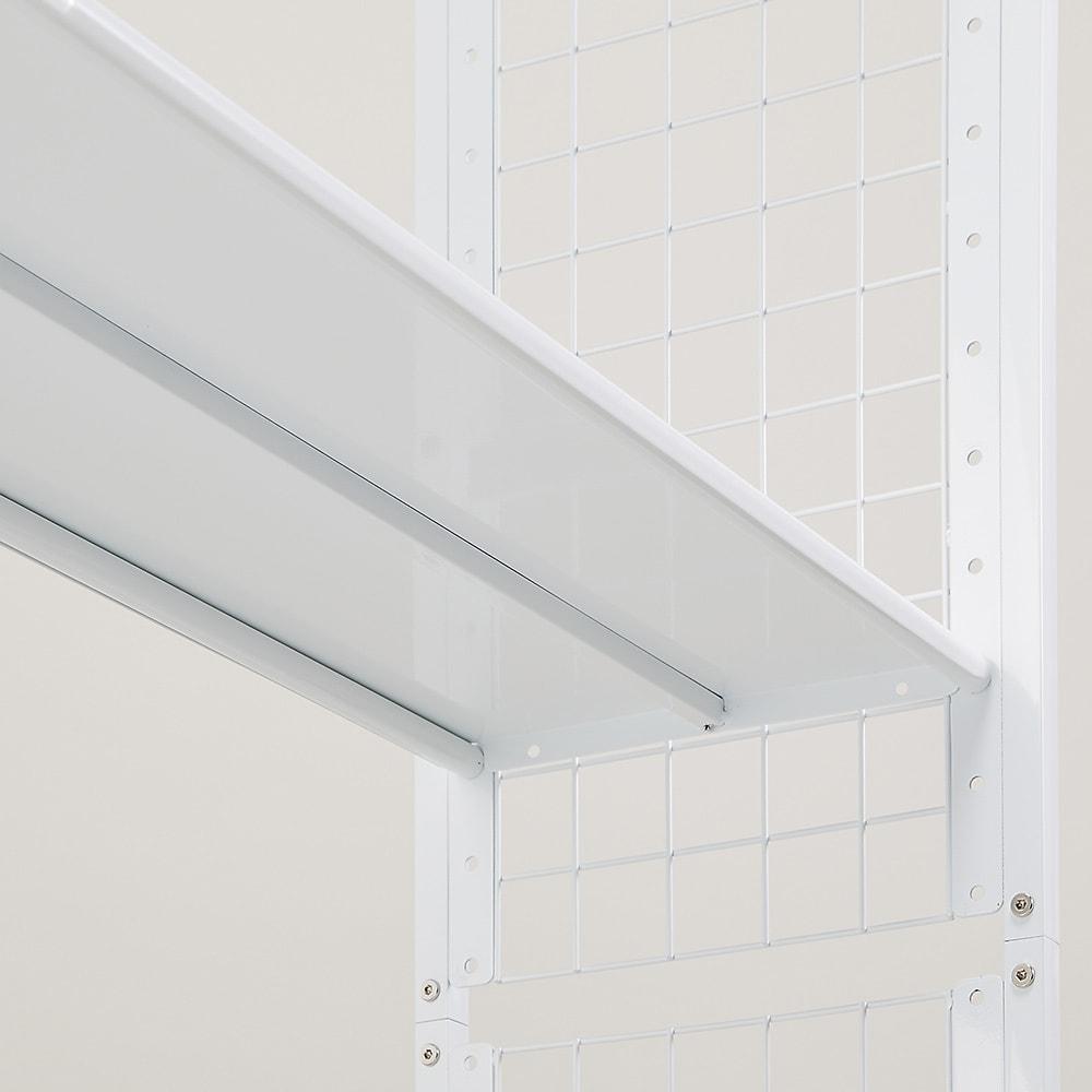 〈奥行26cm・幅93~122cm〉幅と高さがピッタリ!伸縮式スチールラック 棚板には裏に補強が付いています。棚板1枚当たりの耐荷重は約20kg