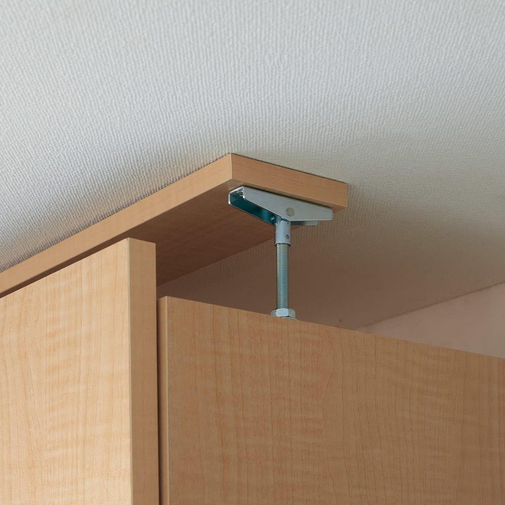 日用品もしまえる頑丈段違い書棚上置き(幅80cm) 上置きは天井突っ張り式で安定。