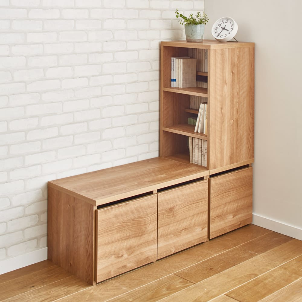 天然木調ブックシェルフ 高さ110cm シェルフ上部は正面にも左右にも組み替えられます。高さ110cmタイプは座ったままでも本を出し入れしやすい高さです。