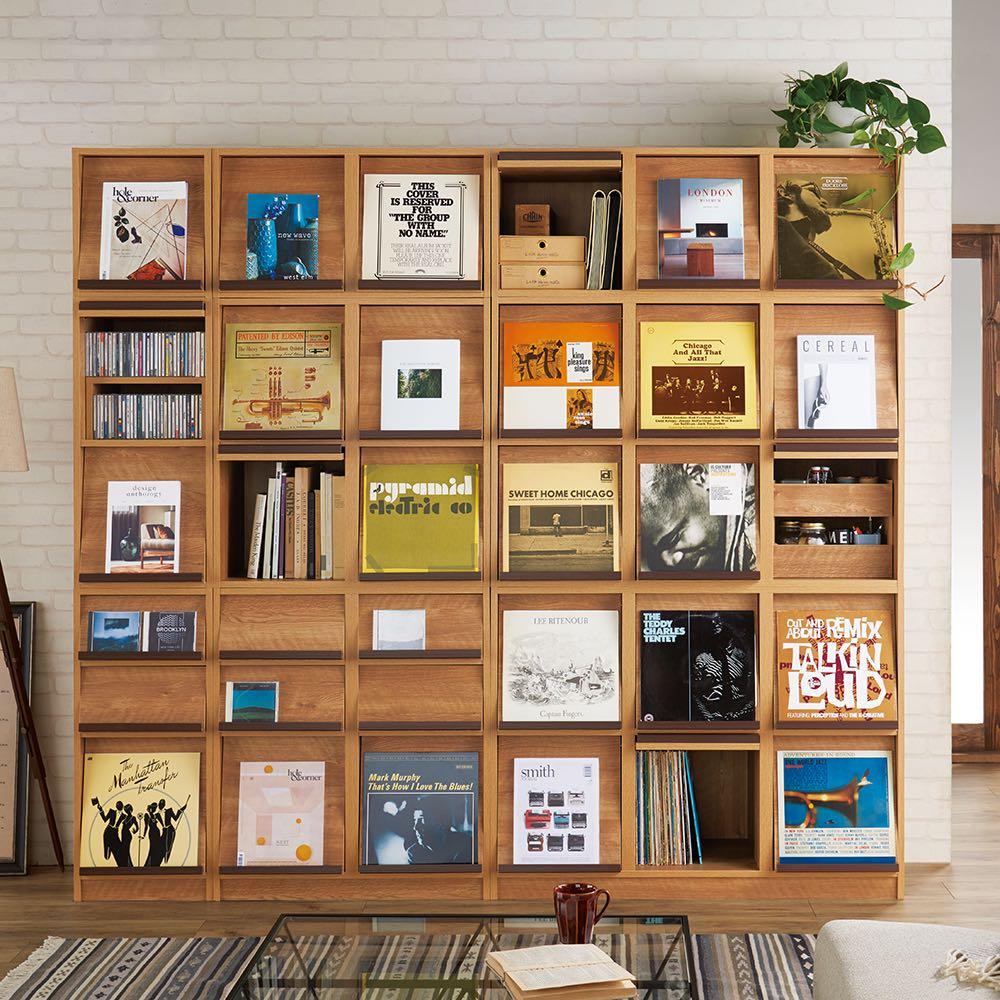 ヴィンテージウッド調 マガジン&レコードキャビネット 上段専用 扉タイプ 2段2列[幅75.5cm奥行39cm高さ79cm] 中央中段が上置き2段2列。スペースに合わせて壁面いっぱいにコレクションを飾る、壁面収納ユニット家具としてのシリーズ商品コーディネート例。写真の組み合わせで高さ約204.5cm。
