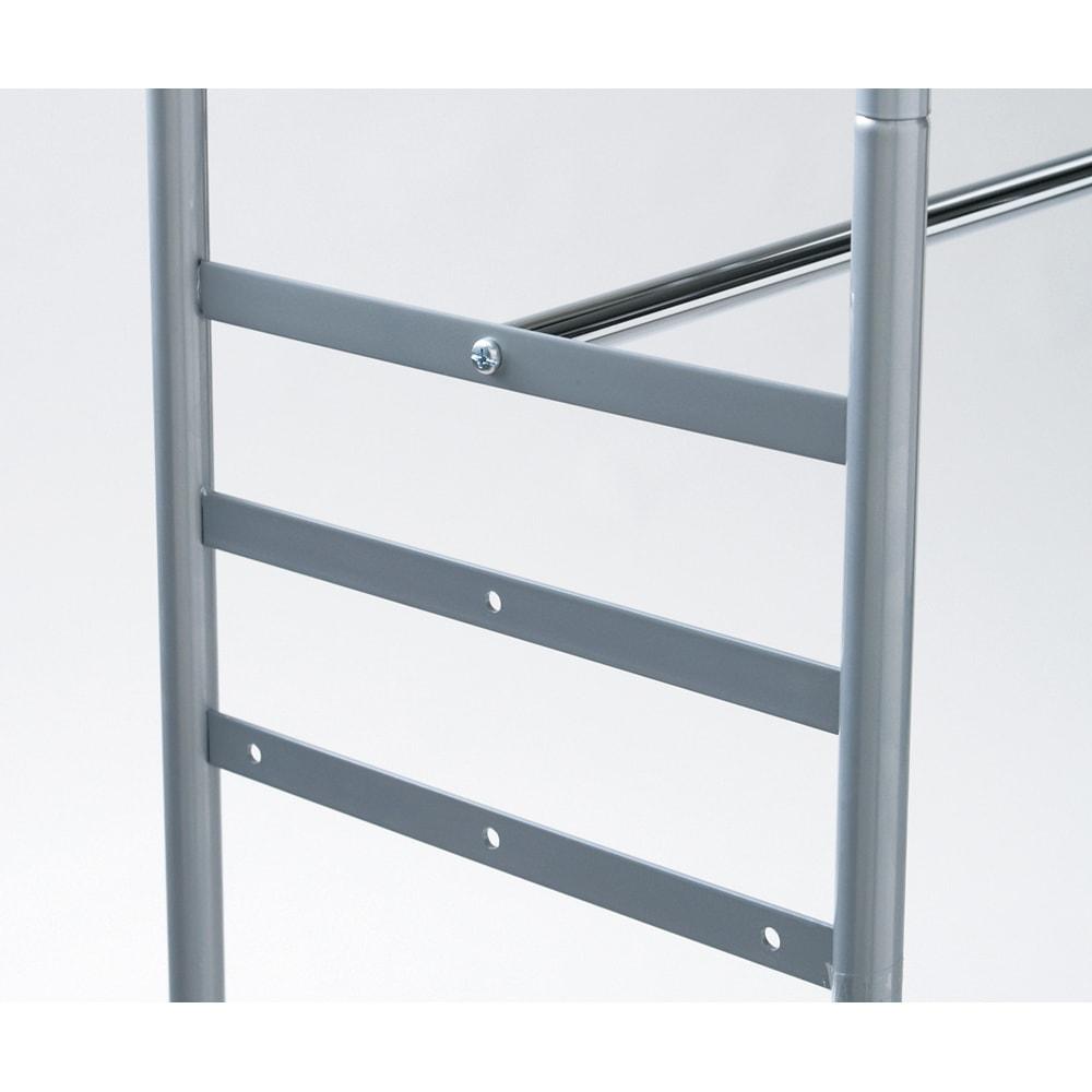 ウォークイン突っ張りハンガー 幅111~200cm・ハイタイプ(高さ218~280)・上下カーテン付き 下段バーは3段階の高さを選んで設置できます。後ろに下げる事もできるのでロング丈のワンピースやチェストを入れる事も可能になりました。