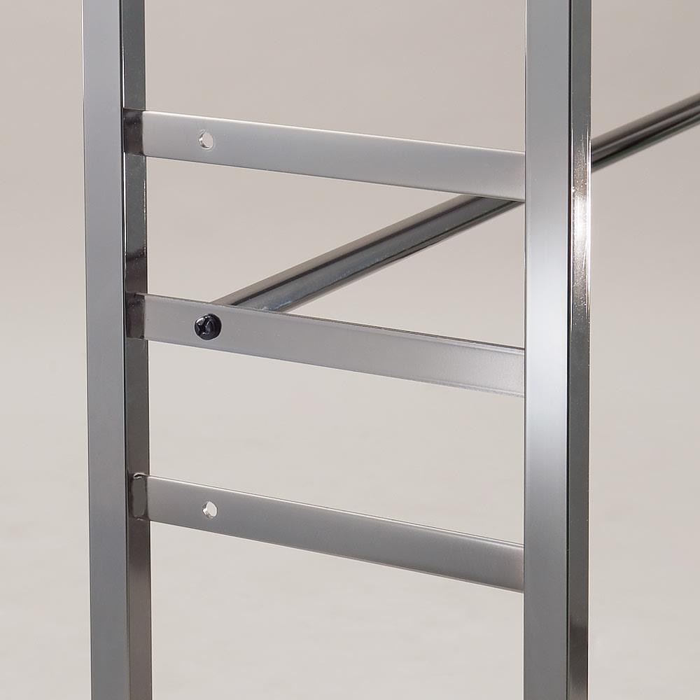 奥行30cm 光沢ブラッククローゼットハンガーラック ロータイプ・幅111~200cm 下段ハンガーバーは3段階に高さ調節可能です。