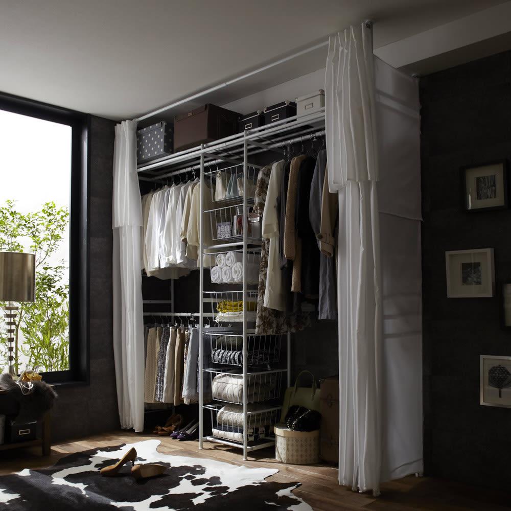 上下・左右カーテン付き ホワイトハンガーラック 引き出し付き・ハイタイプ(幅170~238cm) 左右のサイドカーテンが標準装備なので大事な衣類をホコリや日焼けから守ります。壁にピッタリと設置すれば壁一面がクローゼットになります。