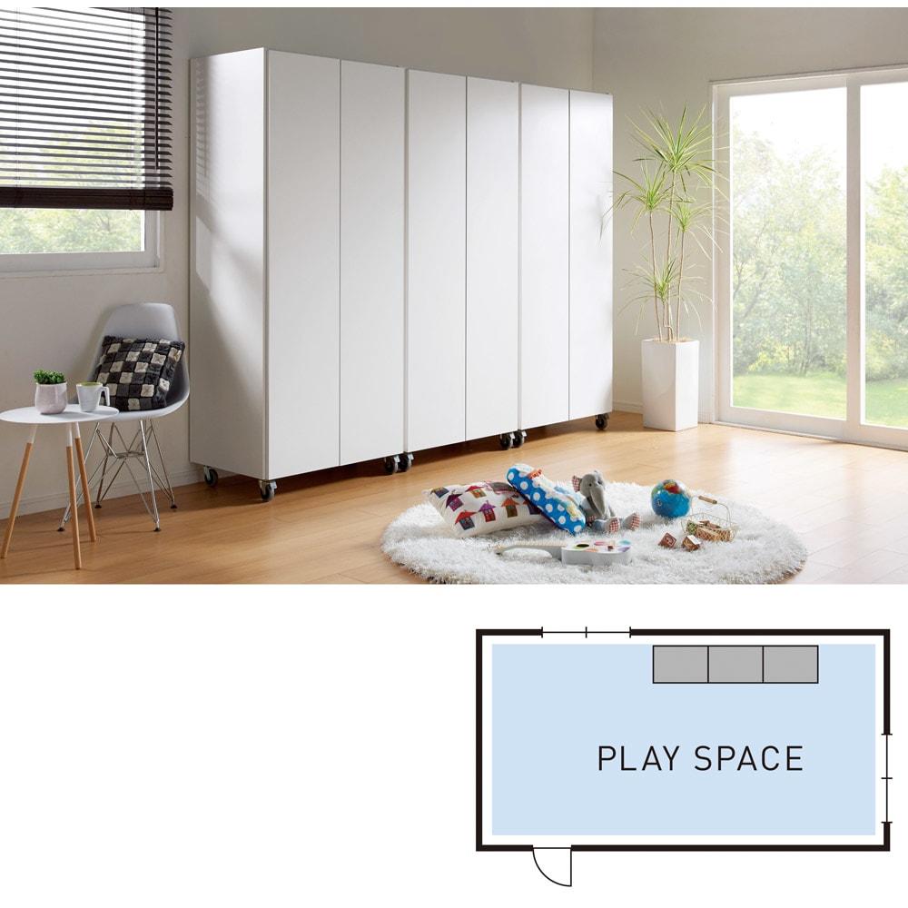 移動式間仕切りクローゼットハンガー 板扉タイプ・ハンガー1段 成長に合わせて、配置が変えられます。たとえば兄妹が幼稚園までは、動くクローゼットを壁に付けて、遊びのスペースをしっかり確保。
