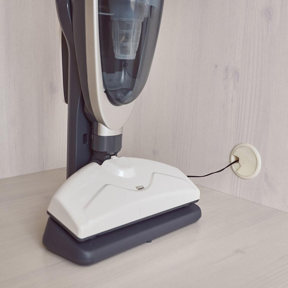 ルーバー 折れ戸クローゼット クローゼット 幅90cm 側板に配線穴があるので、掃除機を収納したまま充電可能。