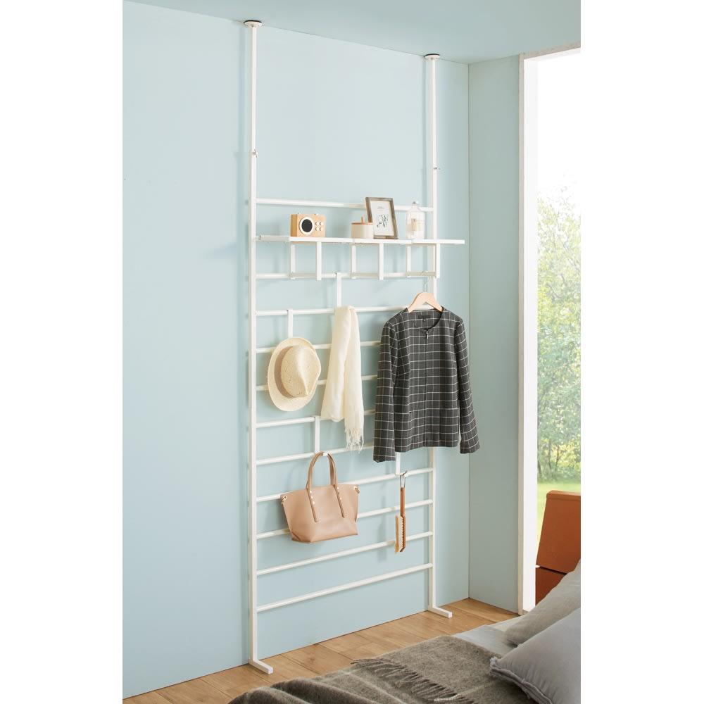 【幅65cm・棚2枚】突っ張り式薄型ブティックハンガーラックシリーズ  (ア)ホワイト (寝室に)フック付き棚は横一列に並べても便利。 ※写真は幅95cmタイプです。