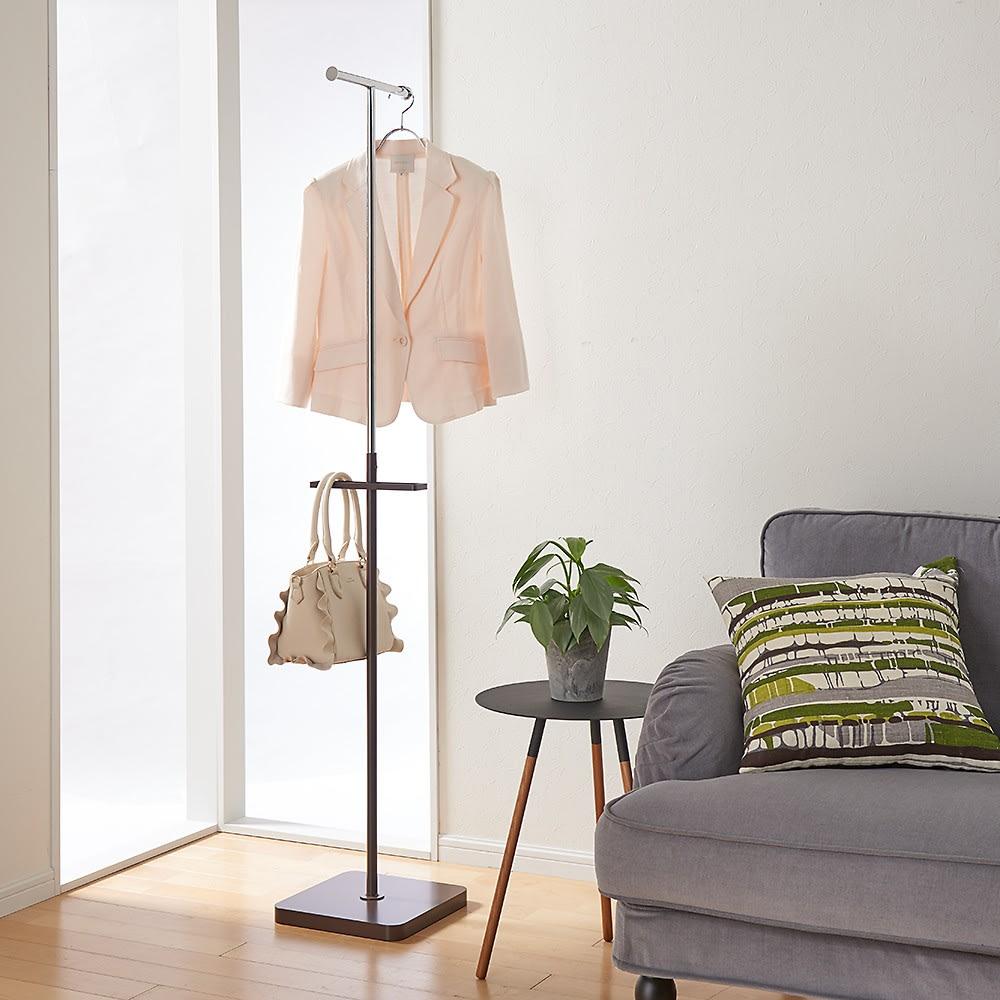 手軽で便利なショップスリムハンガー シングルタイプ コーディネート例 ソファに置いたままにしてしまう洋服や小物雑貨を手軽にかけて置けます。