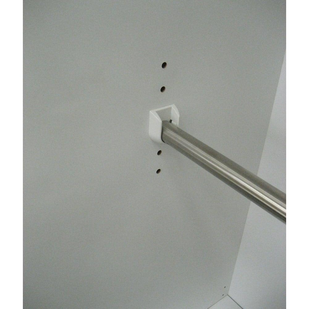 【日本製】引き戸式ミラーワードローブ ハンガー棚タイプ 幅148cm 左側中央のハンガーパイプは5段階・3cmピッチで可動できます。下段バーを取り外してロBグコートも掛けられます。