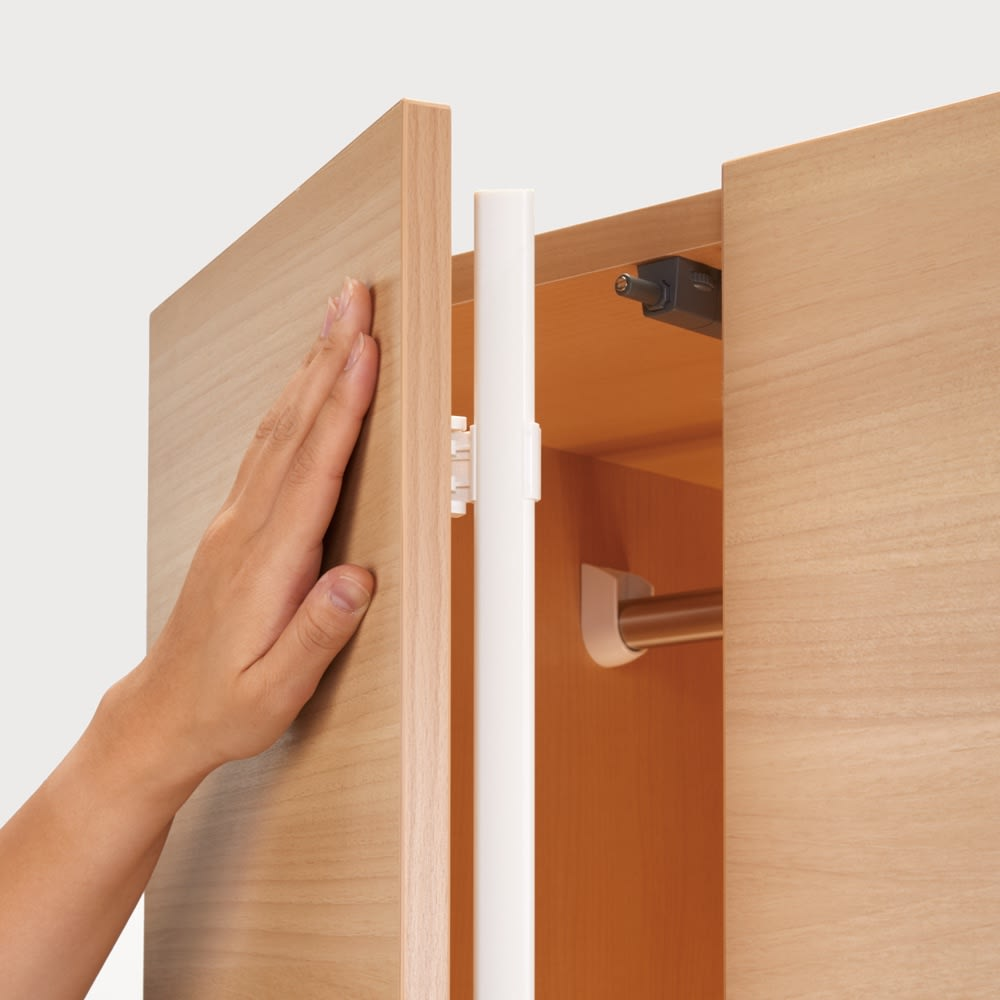 お部屋の天井構造を考慮した壁面ワードローブ ハンガー&引き出し 幅60高さ140cm(低い梁下に) プッシュ式扉なので手で軽く押すだけでスムーズに開閉。