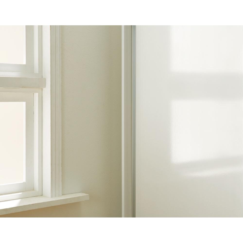 【幅90cm】オールインワン引き戸ミラーワードローブ  (ア)(ウ)本体ホワイトの前板は光沢感のある仕上がり。