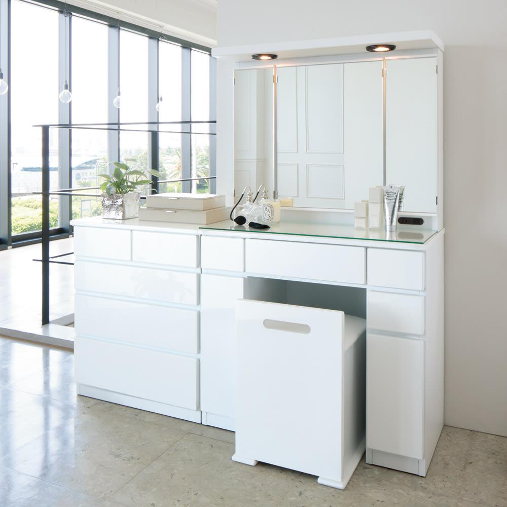 ライト付きドレッサーシリーズ チェスト4段 幅60高さ72cm コーディネート例(ア)ホワイト 光沢仕上げが美しいホワイト