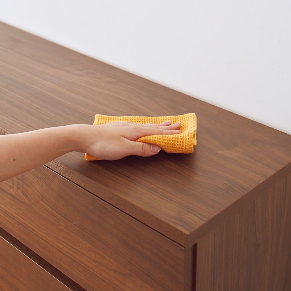 奥行30cm薄型収納チェスト 5段 幅120高さ102cm キズや汚れに強い素材クリーンイーゴスを採用し、お手入れ簡単。