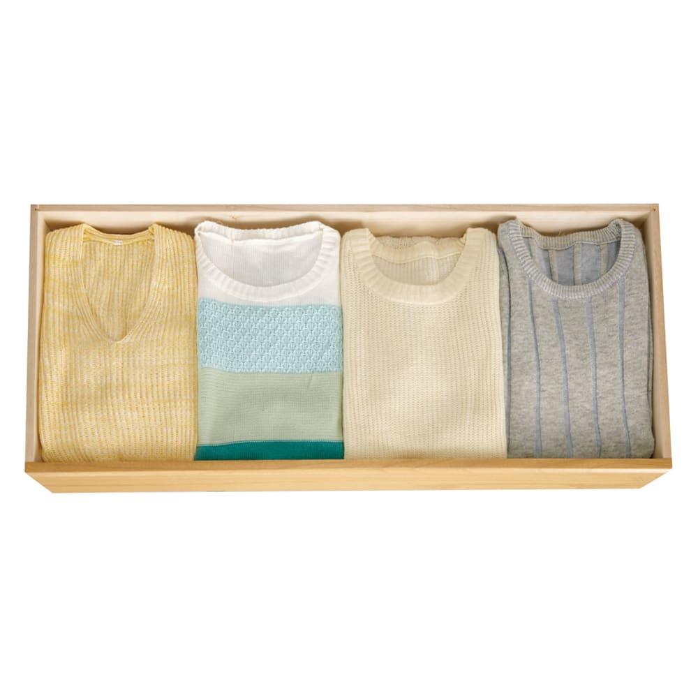 和モダン桐箪笥 着物収納3段 引き出しにはシャツやニット等4列に並べても収納でき、たとう紙も折らずに入ります。(引き出し内寸幅92.5cm奥行38cm)