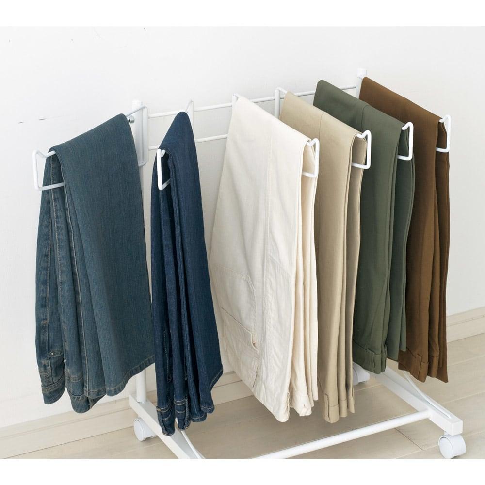 パンツ&ジーンズハンガーラック 10本掛け 幅75cm ハンガー部は左右に開くのでパンツが取り出しやすく掛けやすい。 (※写真は6本掛けです。)