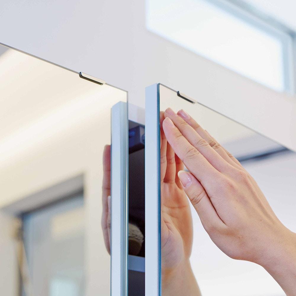 美しく飾れるシューズクローゼット 下駄箱扉タイプ 幅60cm高さ180cm 扉の開閉はプッシュ式。取っ手がないのですっきり。