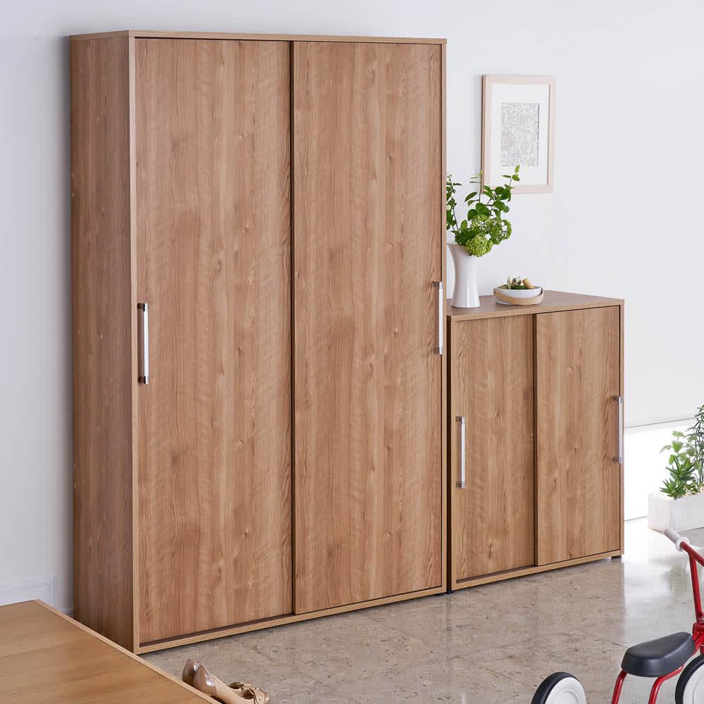 天然木調引き戸シューズボックス ロー(高さ92cm) 幅77cm コーディネート例  ※お届けは写真右のロータイプ幅77cmタイプです。